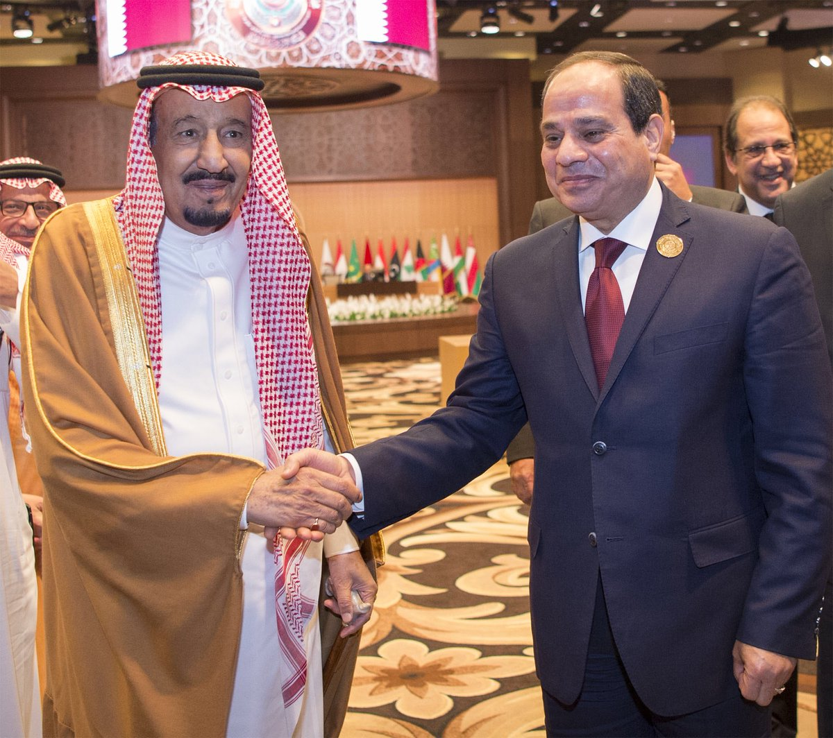 سيدي #خادم_الحرمين_الشريفين يلتقي بالرئيس المصري #السيسي على هامش اجتم...