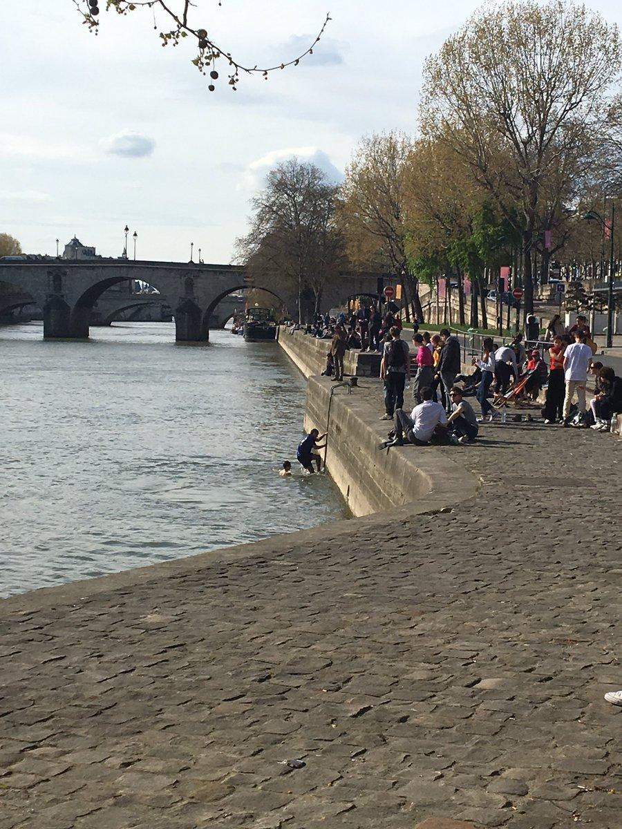 #climatechange Au-dessus de 20 degrés, le jeune parisien se baigne... dans la Seine !#chiracavaitraison<br>http://pic.twitter.com/D5Q0WlcB1R