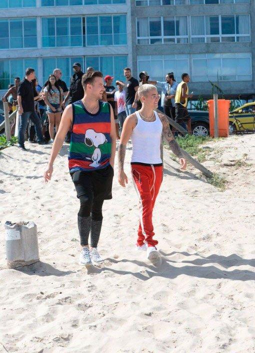 Mais fotos do Justin Bieber passeando pela praia no Rio de Janeiro! #P...