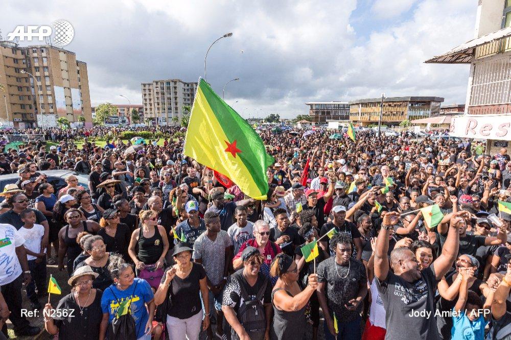 Deux ministres attendus en #Guyane pour trouver une issue à la crise  http:// u.afp.com/4M49  &nbsp;   #AFP <br>http://pic.twitter.com/8rIw4gv2op