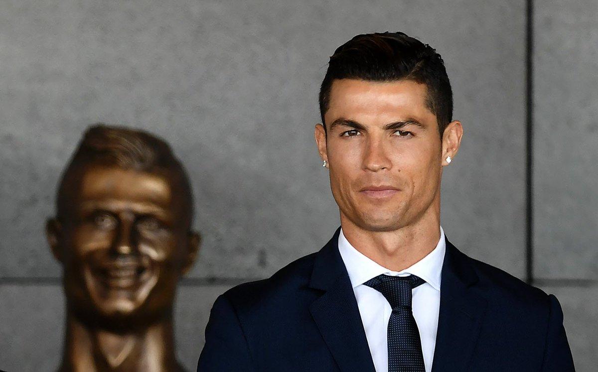 #FOOTBALL - #INSOLITE. Le buste raté de Cristiano #Ronaldo moqué sur #Twitter  http://www. bienpublic.com/sport-national /2017/03/29/le-buste-rate-de-cristiano-ronaldo-moque-sur-twitter &nbsp; … <br>http://pic.twitter.com/Ahmim4vuZ1