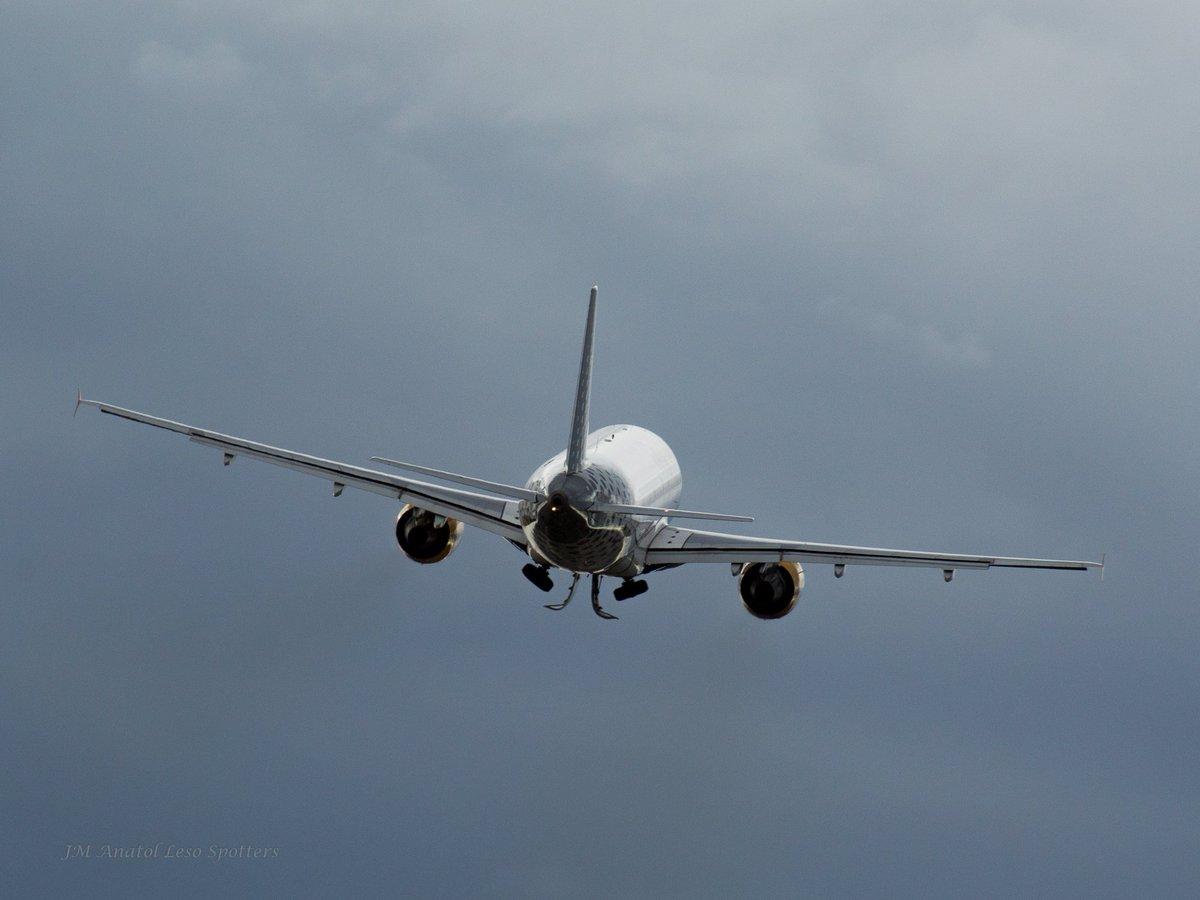 #BuenasNoches y buenos #sueños #vuelos @vueling en ascenso desde de @DonostiAir con viento #Sur que hace #bailar al  y @JaviLanao<br>http://pic.twitter.com/GPsy8BpSka