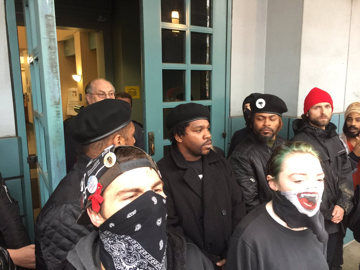 With entry blocked to Portland Building, #QuaniceHayes protesters chan...