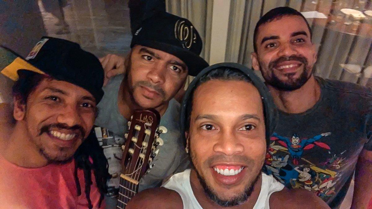 Brésil : Ronaldinho vient de sortir sa toute première chanson. Vidéo