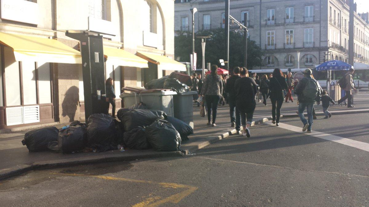 #Nantes place du Commerce ce matin ca s&#39;accumule et la grève des éboueurs ne commence vraiment qu&#39;aujourd&#39;hui... <br>http://pic.twitter.com/FClK925oHO
