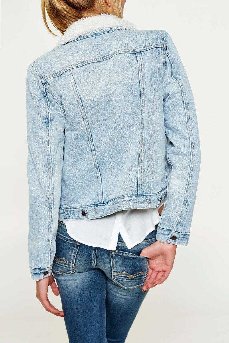 #BonPlan : -25% sur cette veste en jean Levi's ==&gt;  http:// vyn.io/71_obxl1D7  &nbsp;     #lesiconeslevis #ads #mode #fashion #jeans #levis #blogger <br>http://pic.twitter.com/KSs1yPLzXn