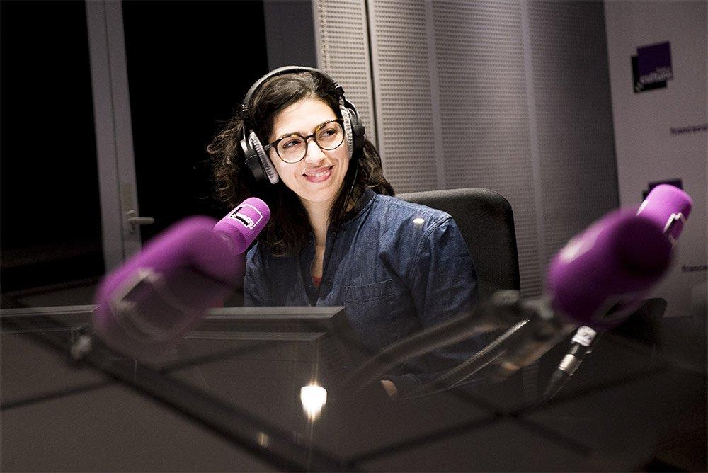 Animatrice des &quot;petits matins&quot; de @franceculture, Emilie Chaudet raconte son rapport à la #radio.  http://www. telerama.fr/radio/emilie-c haudet-de-france-culture-j-aime-avoir-l-impression-que-le-micro-disparait-peu-a-peu,153565.php &nbsp; … <br>http://pic.twitter.com/7udfWOIk5j