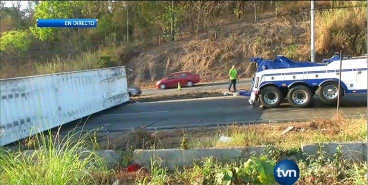 Tratan de mover camión articulado accidentado en vía Centenario. A est...