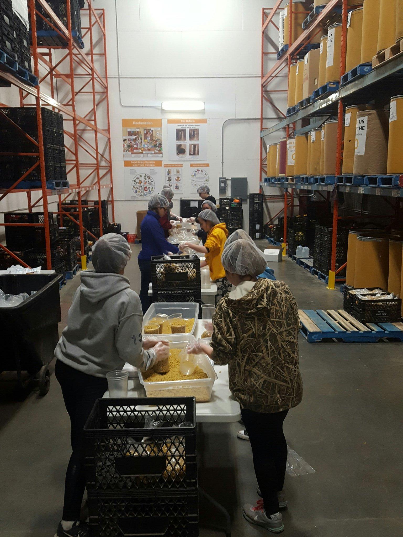 Portioning pasta like it's their day job! 🐝🍝 #workerbees @oneilltitans @ReginaFoodBank https://t.co/bu8Ri2C5rC