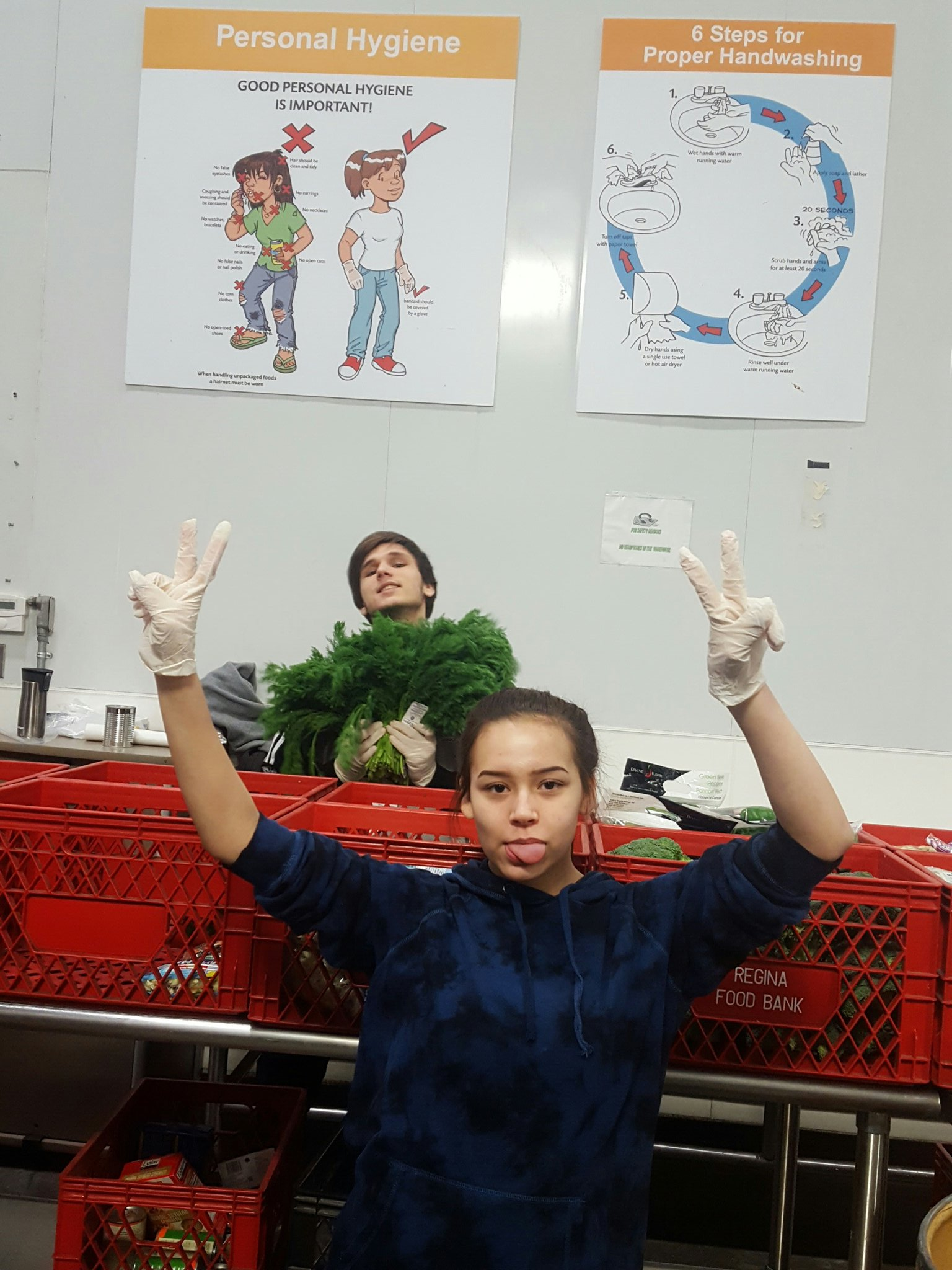 Grade 12 helper adding some goofiness to the veggie sorting group 🙃 @oneilltitans @ReginaFoodBank @HaileyKaija https://t.co/Asj0pKLCPw