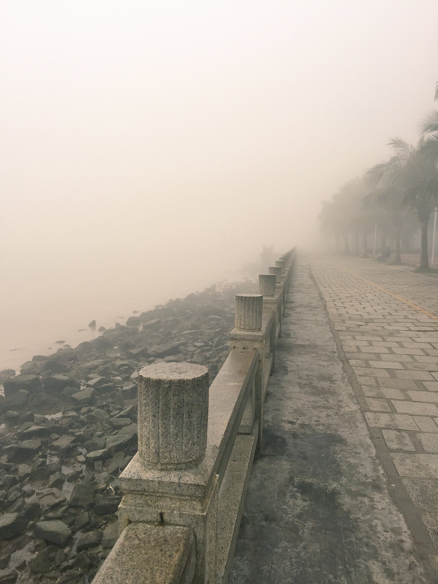Zhuhai is enveloped by sea mist this morning. Looking towards Macau from Qinglu Nan Lu (Lovers Road) in Gongbei. #cahht17 https://t.co/JvIrG6BCFD
