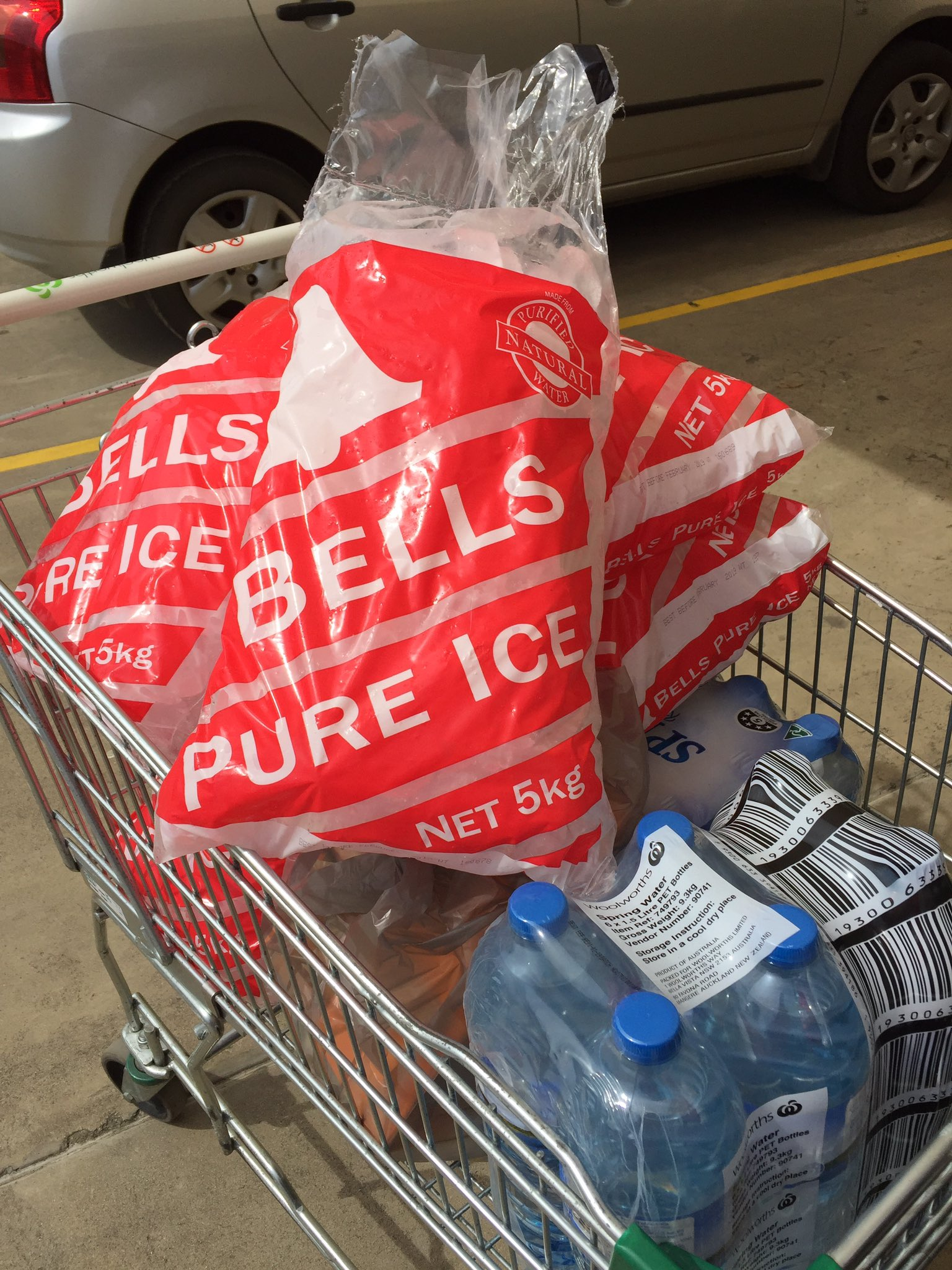 Bless you @woolworths! Free ice and discounted water. Thank you!!! #AirlieBeach #CycloneDebbie #theaftermath https://t.co/V6ByC0Mgve