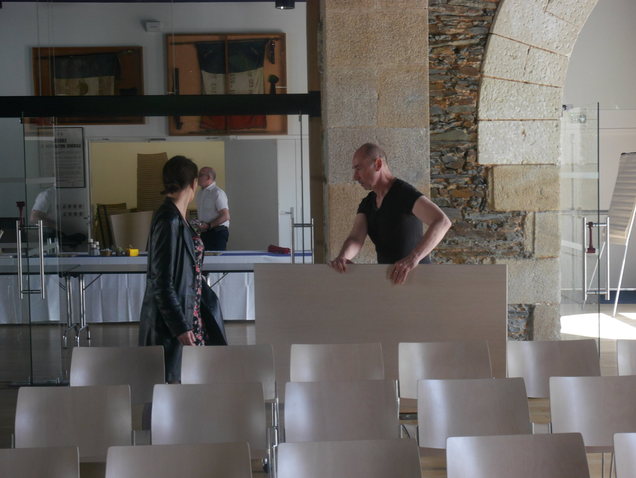 Equipe Retiss en action pour l'installation de la salle! @desfarges  #ateliersnumériques https://t.co/YfXFsbFDKK