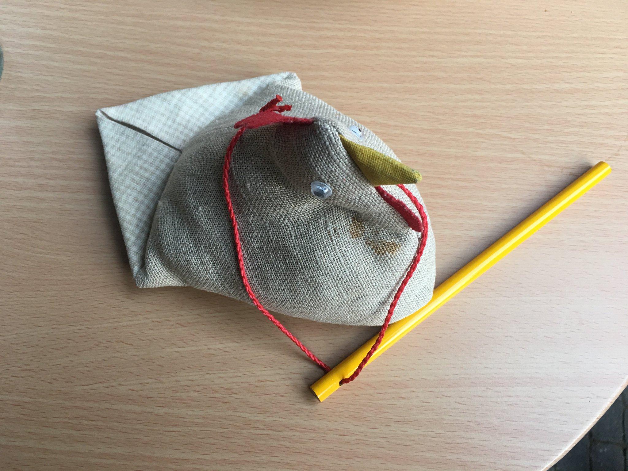 Rosalinde versucht sich auch am Bleistift-Zaubertrick #meurers #vcrhh17 #Vinocamp https://t.co/jaoOGyzugh