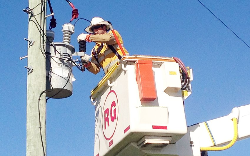 Over 25,000 customers restored in Mackay, Bowen, Sarina and Moranbah since #TCDebbie hit.  Bundy local Michael Laing working in Bowen, https://t.co/YLc2YsZzz4