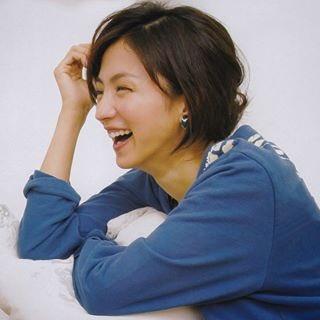 青いシャツを着ている笑顔の満島ひかりのかわいい画像