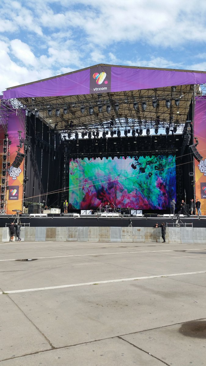 Lollapalooza Chile is today! Crew flew in the dead of night, and are loading gear in. #metallica #MetAtLollaCL #LollaCL https://t.co/62vPv3dKCc