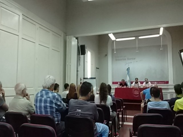 Inicio la charla a cargo de Sebastián Ginobili y Mauro Polla