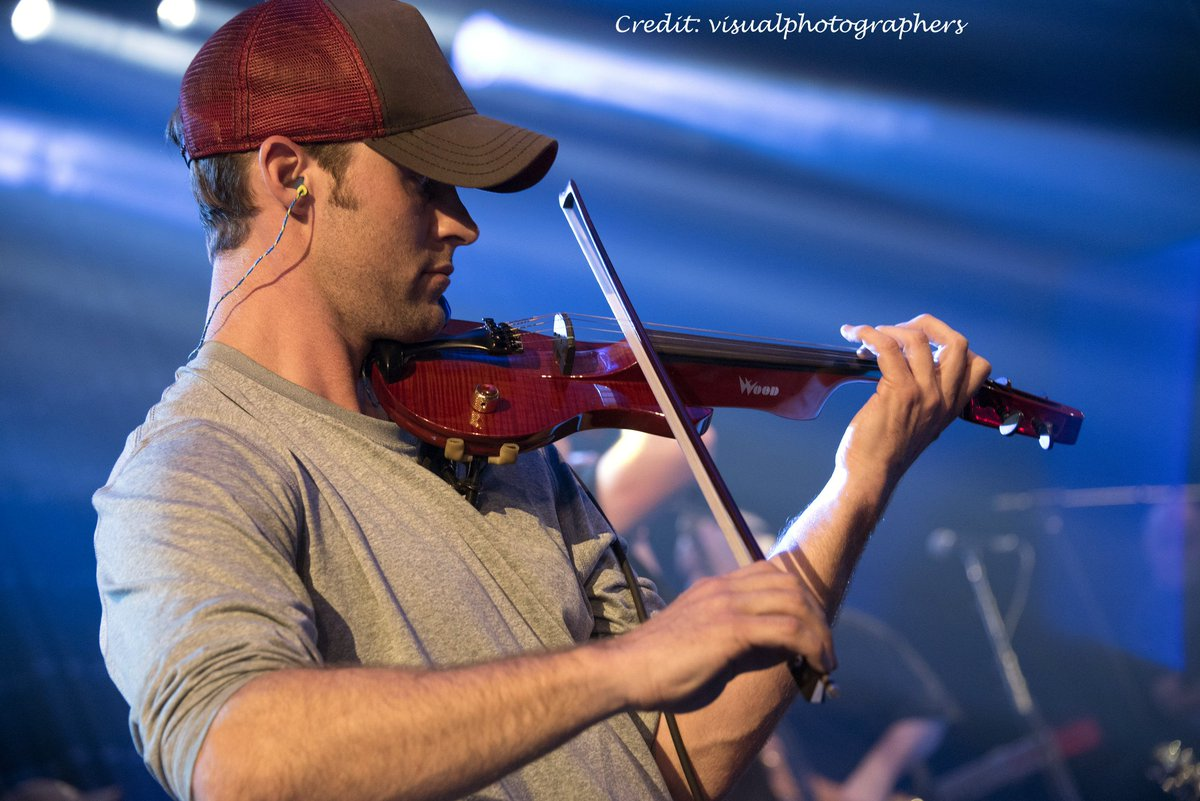 Jesse Spencer playing with the &quot;Band from TV&quot;, February 2016. #jessespencer #bandfromtv #chicagofire #housemd #violon #fiddle #wood<br>http://pic.twitter.com/7Qpm4ZFSpT