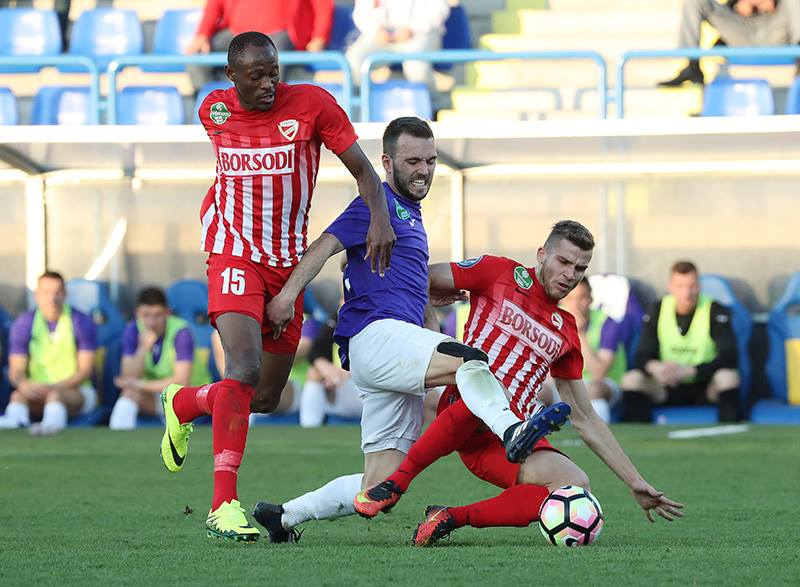Angelov in a sandwich; photo: Újpest FC