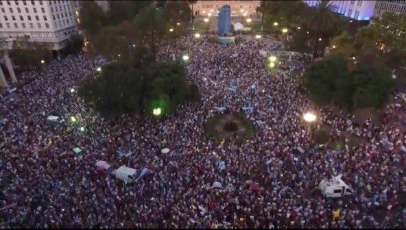 Impresionante marcha de la democracia. Sin micros, sin choripan, sin punteros... sin sin sin https://t.co/K7HAwiUxS3