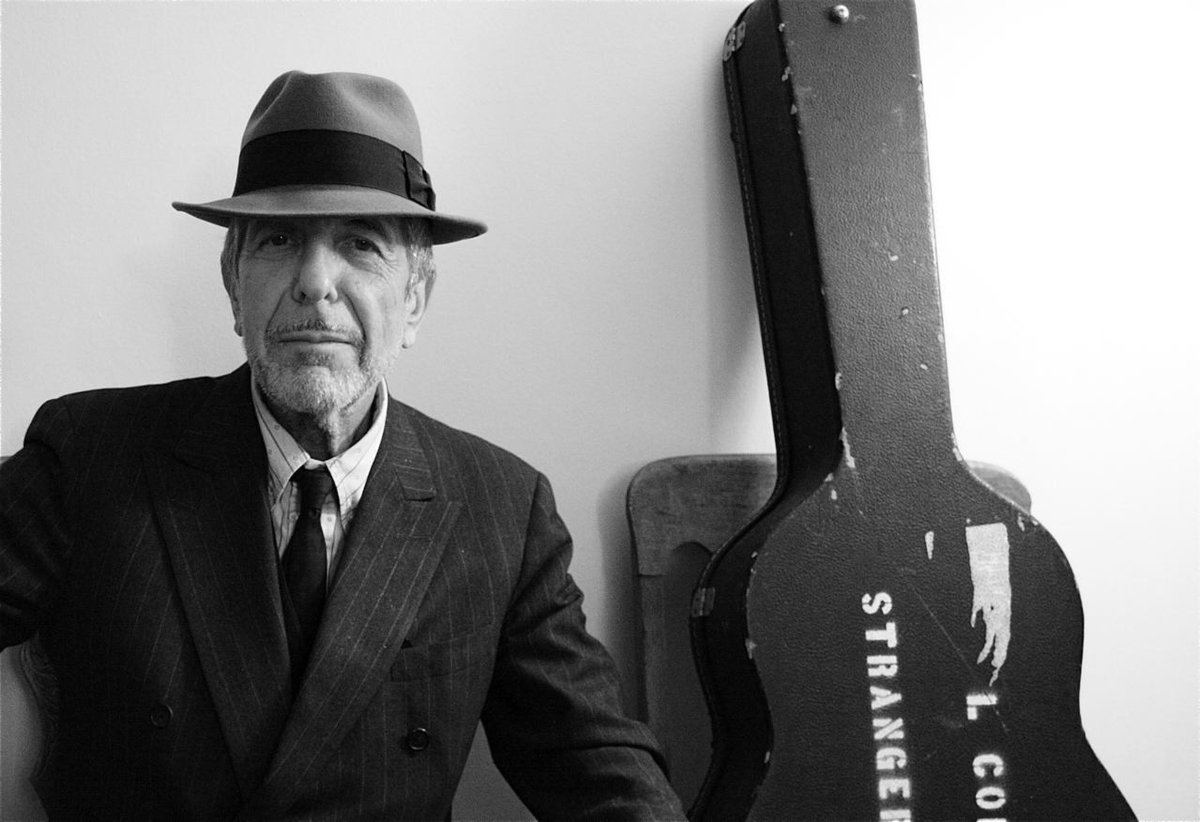 Leonard Cohen wins artist of the year at @TheJUNOAwards Gala #cbcent https://t.co/cl5WuY49KR