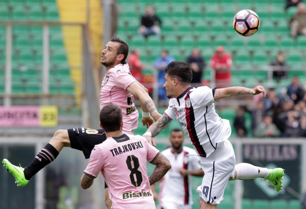 Trajkovski watches Nestorovski in an aerial duel; photo: US Città di Palermo