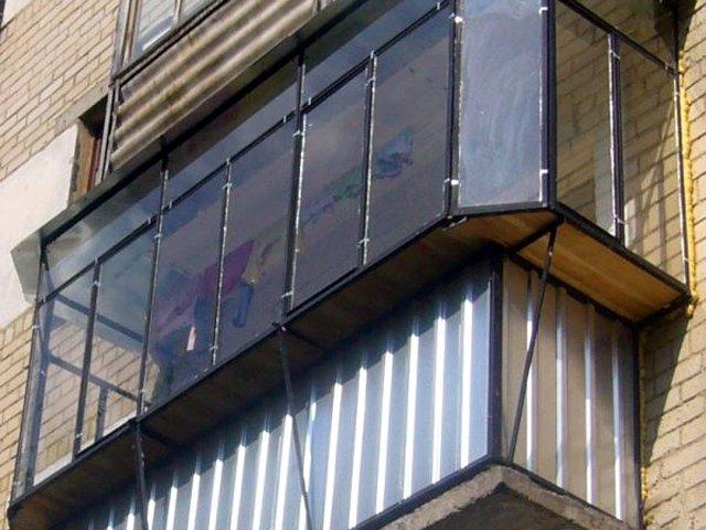 Внутренняя обшивка старых балконов с металлическим ограждени.