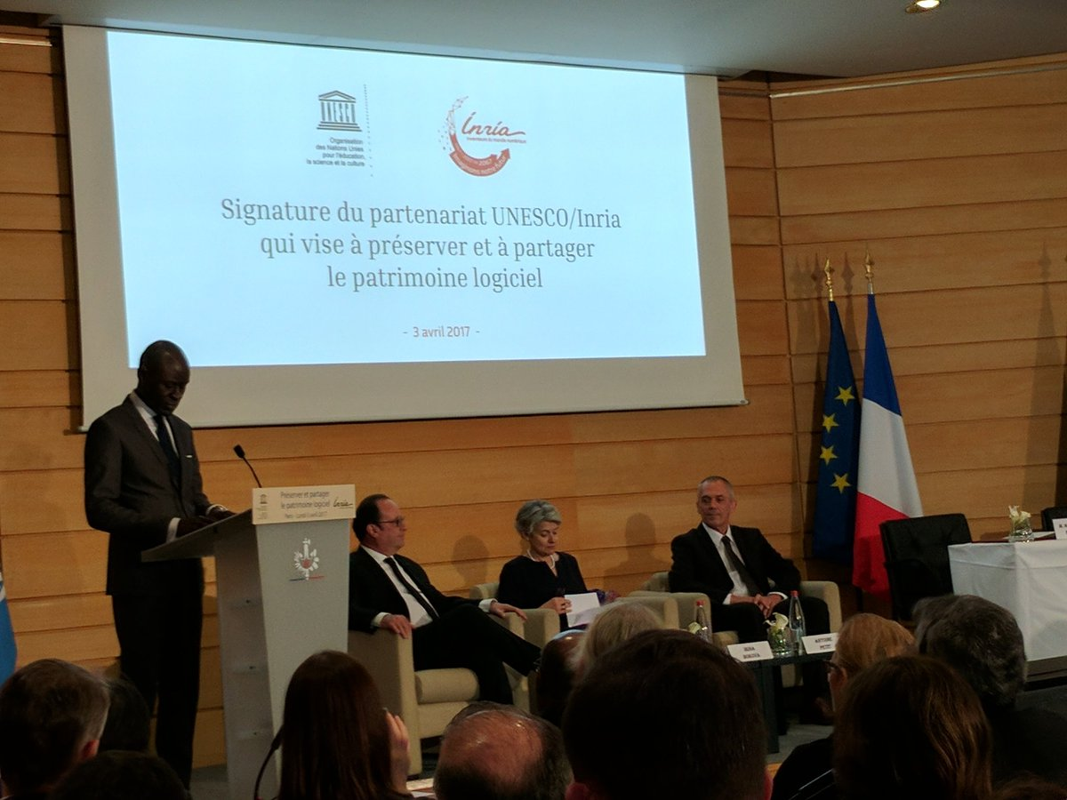 President @fhollande about to sign the software heritage proclamation. A big moment for FLOSS for sure. https://t.co/fnQQ2n3sM4