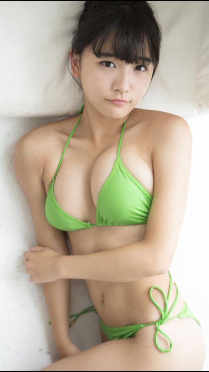 黄緑の水着の浅川梨奈
