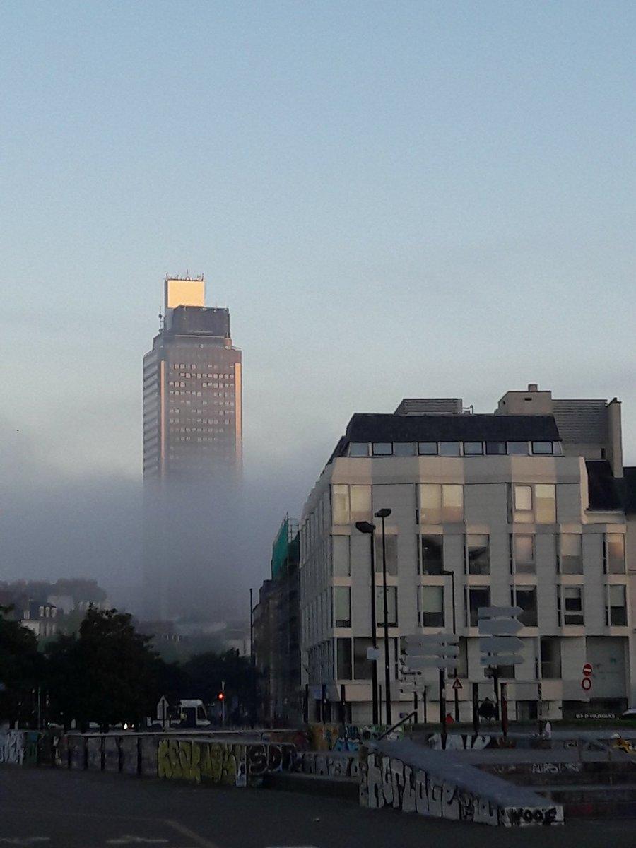 La tour Bretagne dans la brume matinale #Nantes #breizh #bretagne #bzh #brume #tourbretagne pic.twitter.com/KrR48R9apl