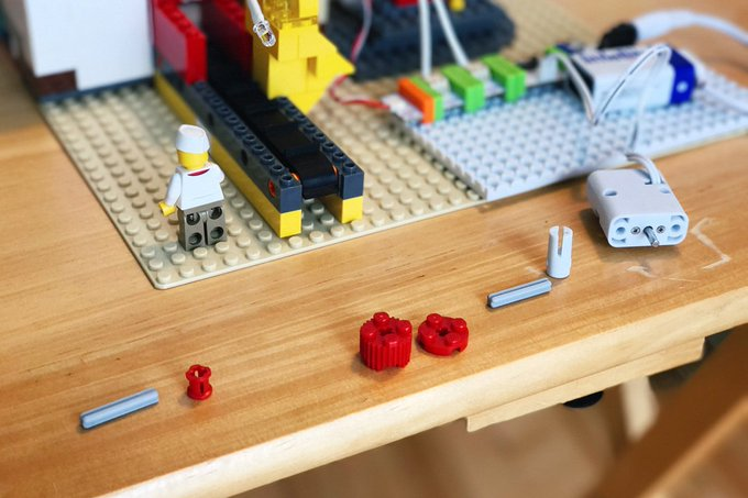 How to motorize a LEGO conveyor belt with littleBits