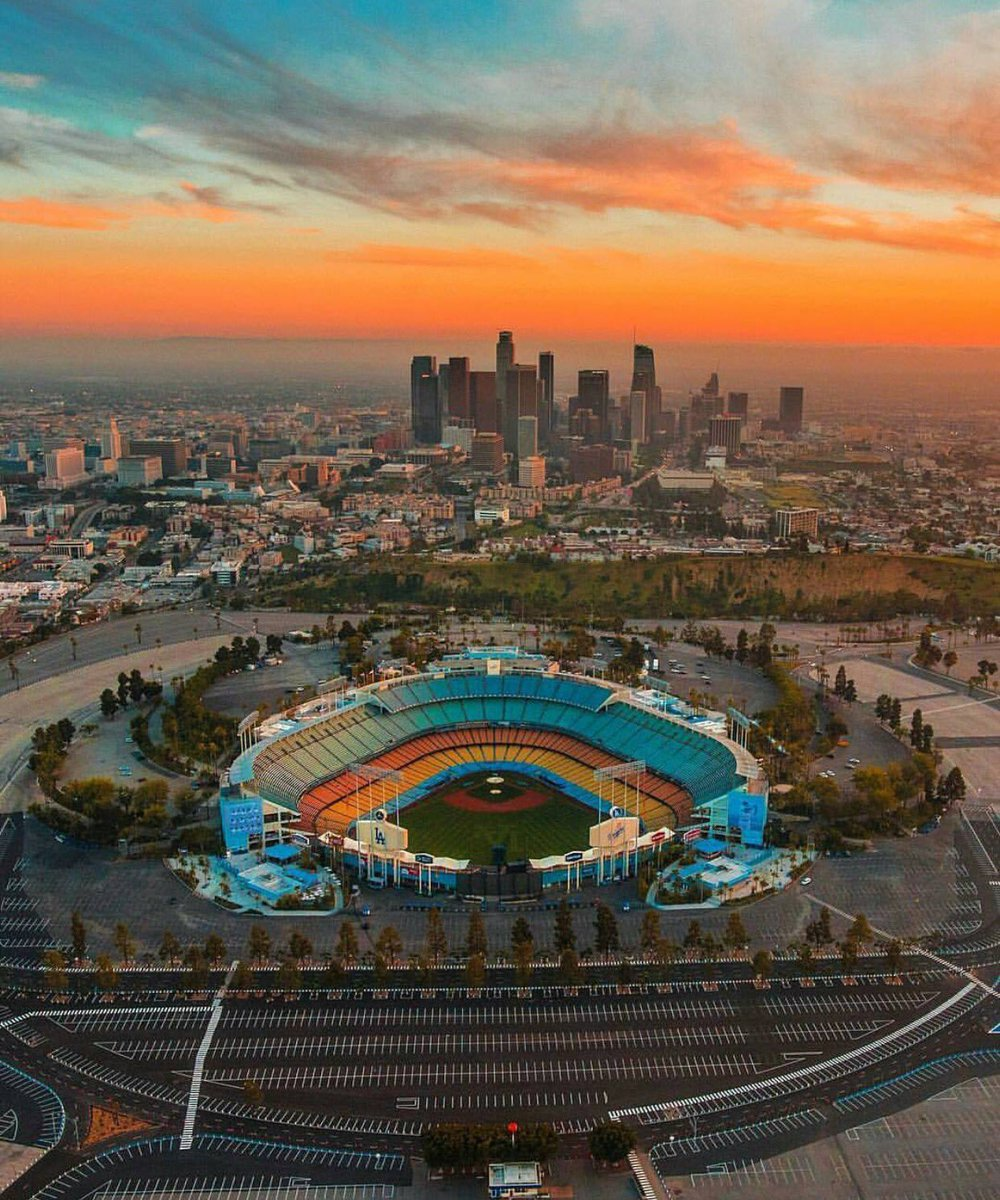 Someone sent me this image. This is beautiful. Still one of my favorite stadiums. @Dodgers #Dodgers #LA #OpeningDay https://t.co/W5bzvKkMMa