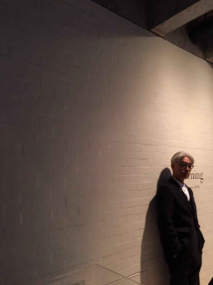 坂本龍一 設置音楽展asyncが本日4日から5月28日までスタート。家庭で聴ける音とは異なる異空間での視聴体験。何回も出入りできる特別チケットも用意してあります。三回二時間は見に来ていただきたい展覧会になっております。 https://t.co/1Yb9Byvjfm
