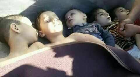 عشرات الجثث ملقاة في شوارع خان_شيخون بعد غارة بالغازات C8kUW5kUMAA_xOy