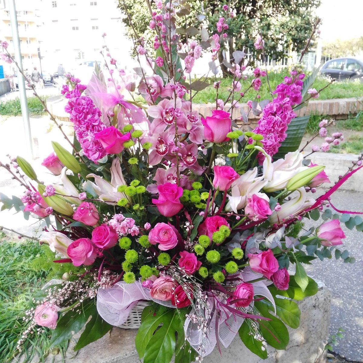 Mazzo Di Fiori Orchidee.Eva On Twitter Raffinata Composizione In Cesto Con Rose Rosa