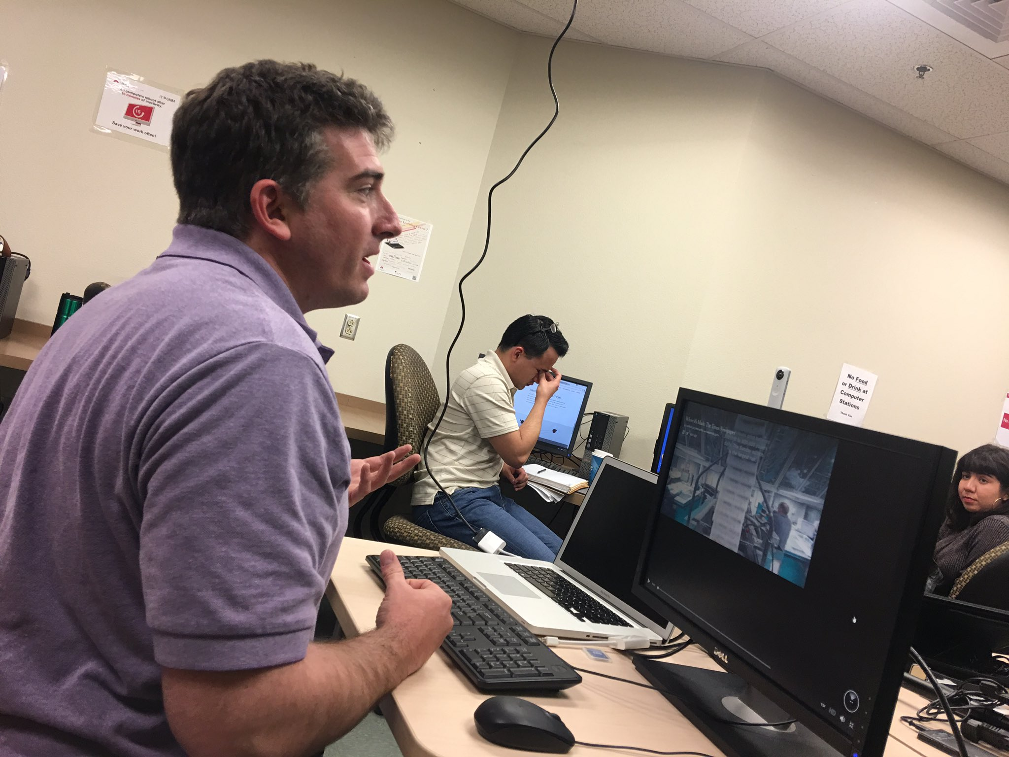 .@arvrus360 's Elan Colello giving UNM's #CJ375 an ex lanatipn of how #360video works. #multimedia #journalism https://t.co/QWmAGUe3YN