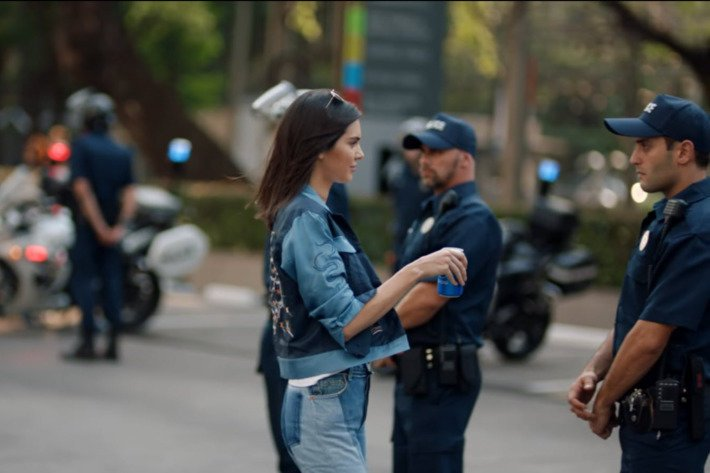 Nuovo Video spot Pepsi con Kendall Jenner: critiche e vignette divertenti
