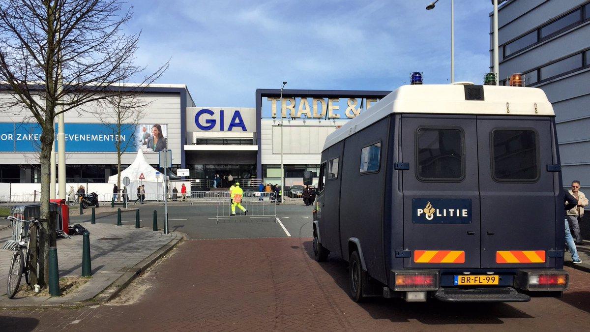 Turkse nederlanders brengen stem uit voor referendum nos for Turkse reisbureau den haag