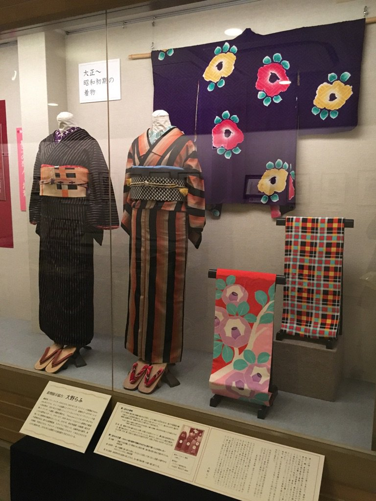 竹久夢二美術館では夢二の大正ファッション展。私も協力しています。夢ニ的コーデや着物など。昔の令嬢の着物姿やモガ姿の写真も楽しめます。あと淺井カヨさんの海浜着が可愛かった。 https://t.co/4o3VOvjX9j