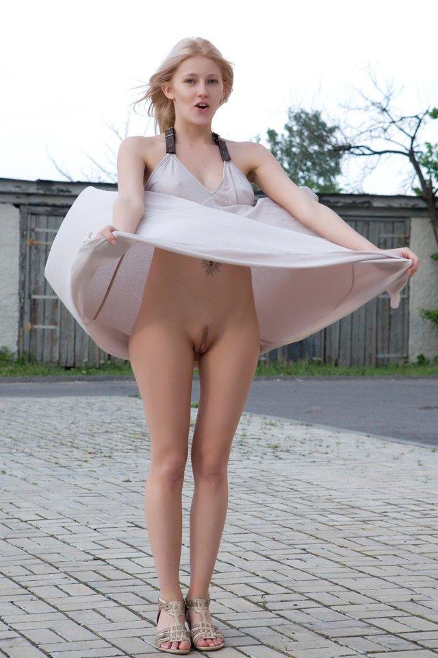 Фото русская девка задрала юбку а там ничего упругие порно