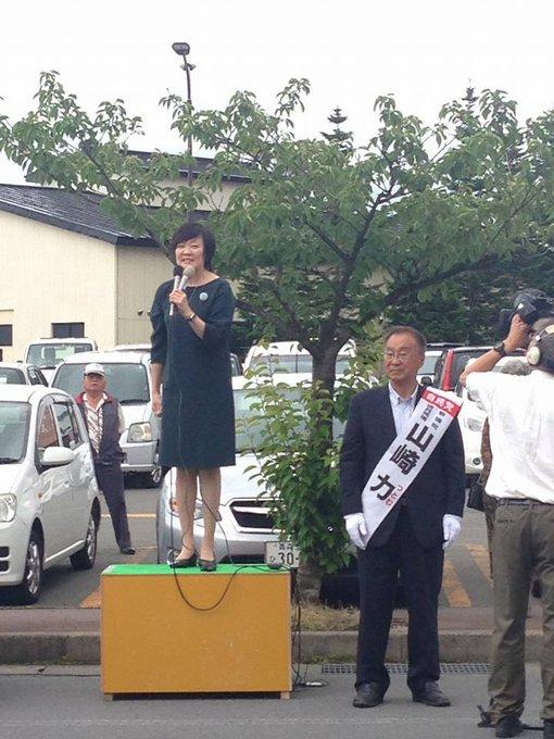 昭恵夫人付きの女性官僚たちの、夫人の選挙活動にも同行を政府も確認。facebook用の写真の撮影、候補者と夫人の「桃太郎(候補者の練り歩き)」のあとにも付いて歩き、チラシを持って立っていた様子も。明確に国家公務員法違反をさせている。