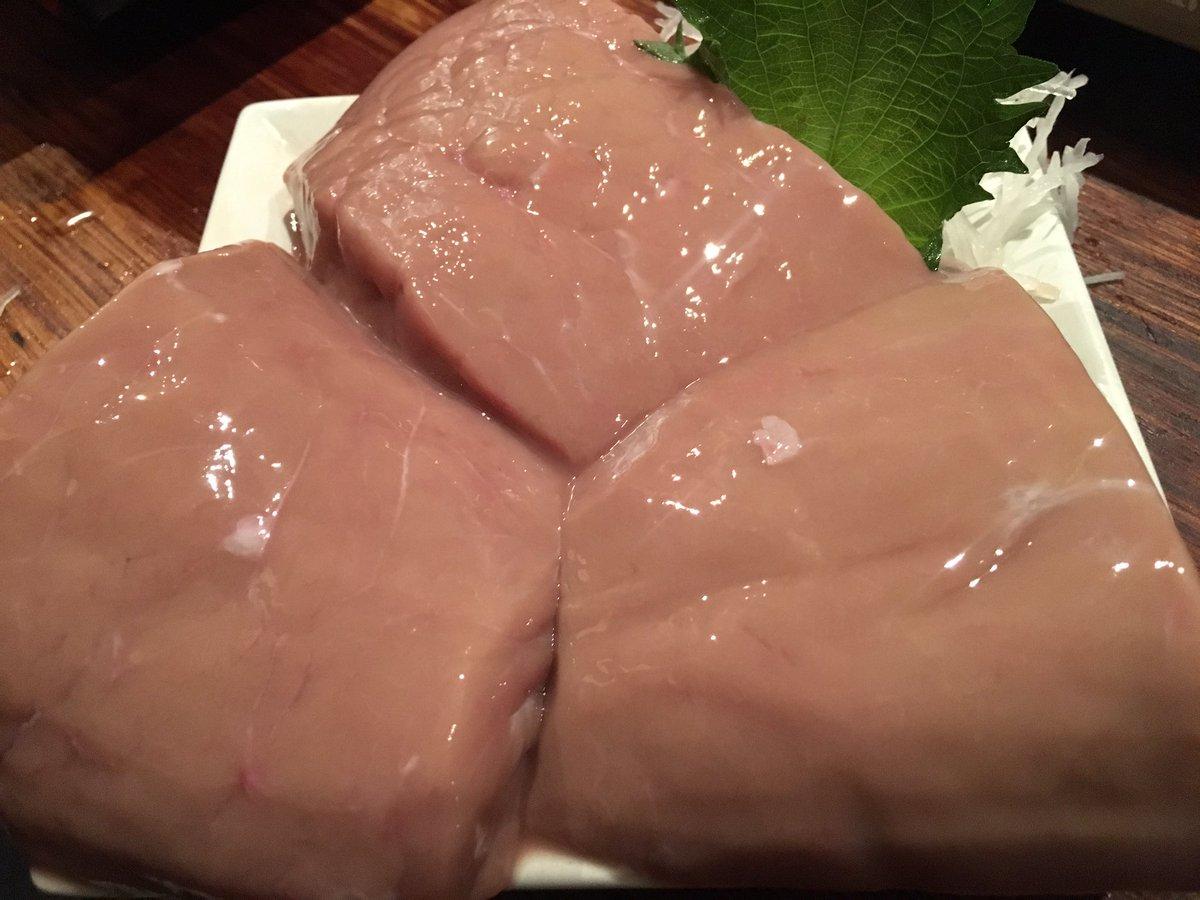 クジラの金玉入荷!最高に贅沢な珍味で生姜醤油につけて刺身で食べる!食べた事のないプルンプルンの食感で、味も珍味好きにはたまらん濃厚な美味しさです!珍獣屋でクジラの金玉食べられます。#珍獣屋 pic.twitter.com/ECN2nc5aOP