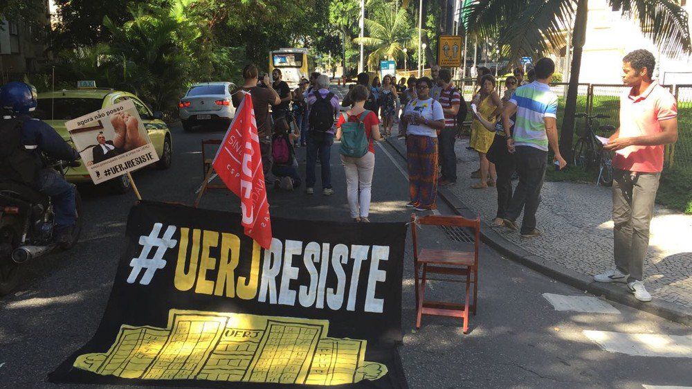 Protest against Uerj crisis shutdown road near Guanabara Palace