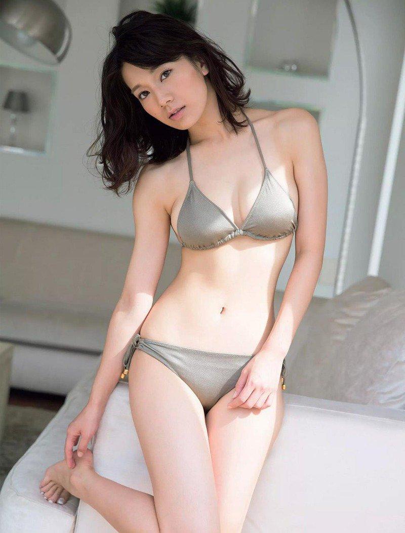 大人っぽい水着を着た佐藤美希