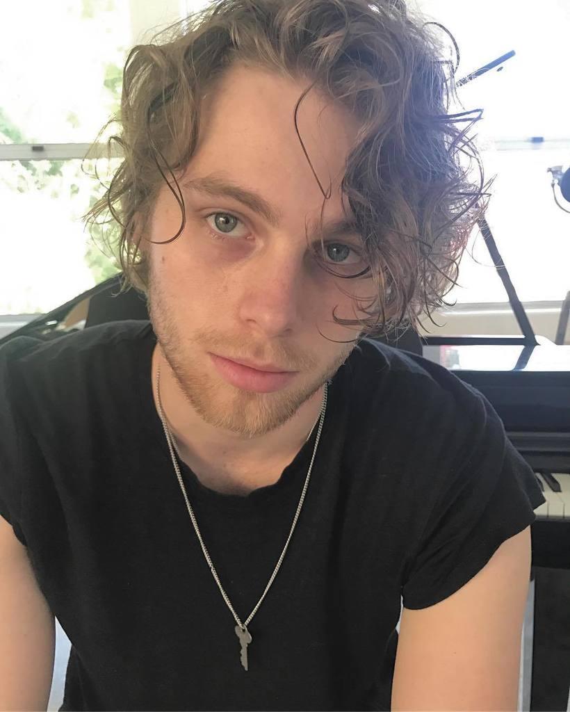 """Luke Hemmings on Twitter: """"Thanks for the curls mum…"""
