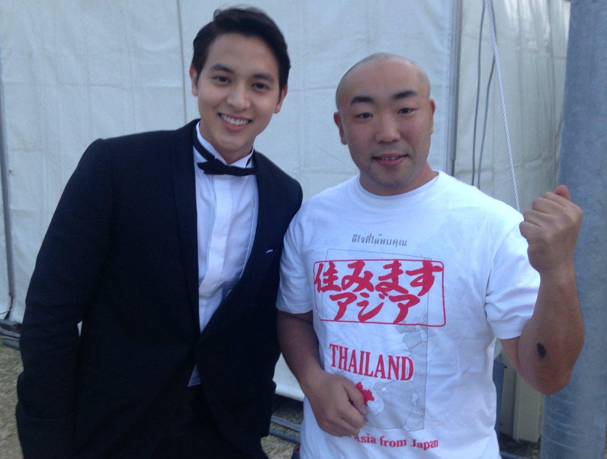 今年も沖縄国際映画祭に参加させていただきます。写真は2年前の映画祭でタイのスーパースターさんと撮らせてもらったやつです。この時はまさか2年もタイにいるなんて思わなかったな・・ https://t.co/4llUso4UVw