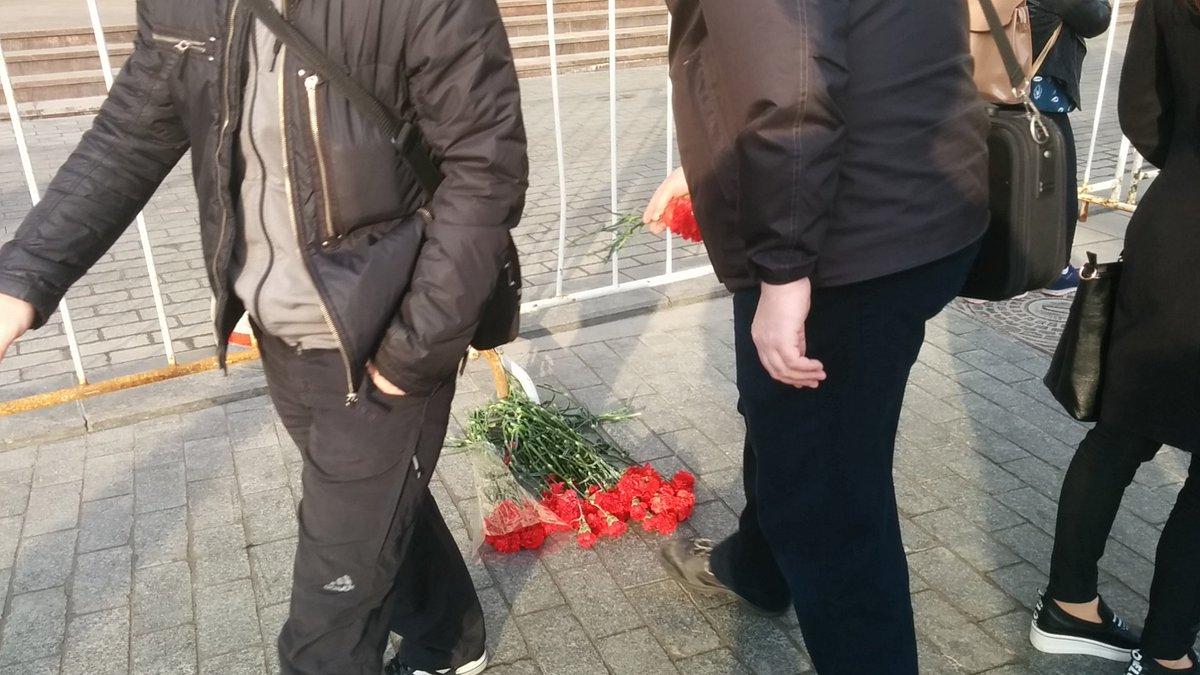 В масквабаде подневольные путинцы поскорбели за 400 рублей и сложили выданные им цветочки в кучки,не донеся до места возложения