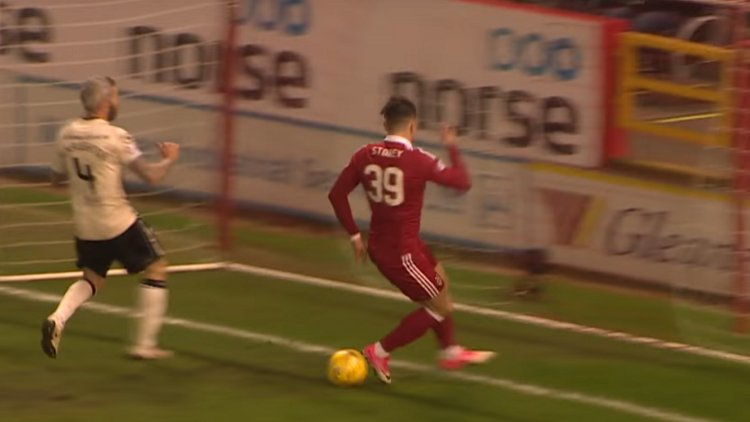 Resultado de imagen para Lo más difícil era no meter gol: Así fue el clamoroso fallo a puerta vacía de un jugador inglés