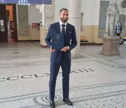 #Giorgio #Chiellini has graduated from the University of #turin , receiving top marks in a #Masters degree for #Business #administration<br>http://pic.twitter.com/IVoo8uXmlr